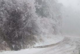 UPALJEN CRVENI METEOALARM Padavine napravile probleme, na Dinari snijeg zatrpao auto