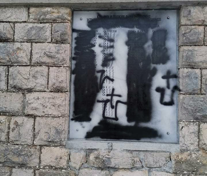 ISPISANI USTAŠKI SIMBOLI Oskrnavljena spomen-ploča ubijenim Srbima u Čelebiću