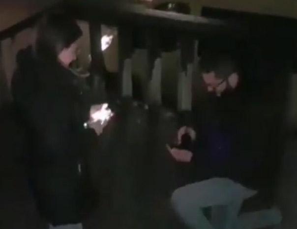 ROMANSA U PORUŠENOJ PETRINJI Cijeli Balkan bez daha gleda Anin snimak prosidbe (VIDEO)