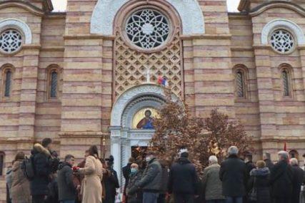 PRAZNOVANJE BADNJEG DANA U BANJALUCI Svečano dočekan badnjak ispred Hrama Hrista Spasitelja (FOTO)