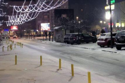 """""""NISKA TEMPERATURA OTEŽAVA DJELOVANJE SOLI"""" U Bijeljini otežan saobraćaj zbog leda na ulicama"""