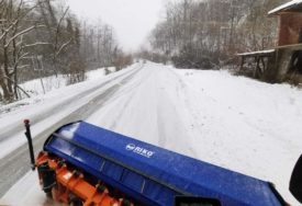 SVAKO VOZILO POKRIVA OKO 30 KILOMETARA PUTA Čim najave snijeg dežurne ekipe idu u punu pripravnost (FOTO, VIDEO)