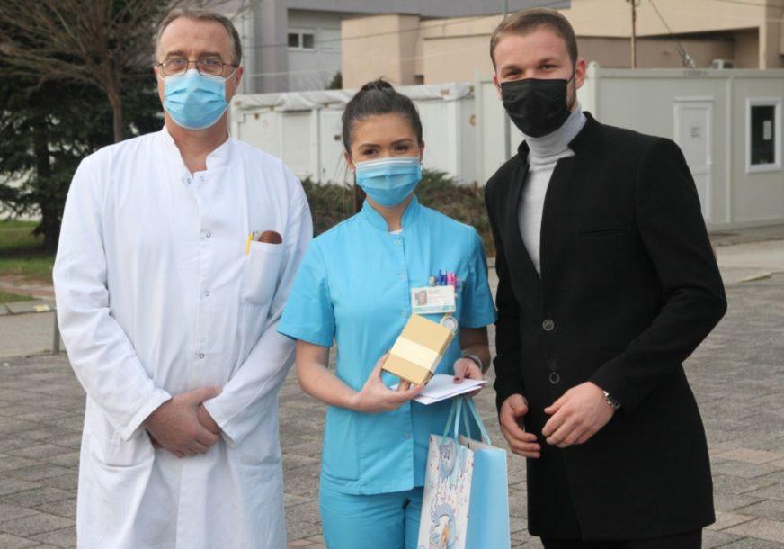 POSEBAN POKLON OD GRADONAČELNIKA Darivao tri bebe rođene prvog dana nove godine