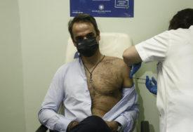 GRČKI PREMIJER POSTAO SEKS SIMBOL Raskopčao košulju dok je primao vakcinu, ŽENE POLUDJELE (VIDEO)