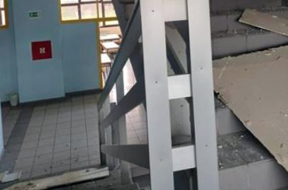 Vidljive pukotine na zidovima: Srednjoškolski centar Kostajnica oštećen, učenici NASTAVU PRATE ONLAJN
