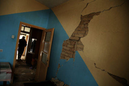 RUŠI KUĆU, SPASAVAJ GLAVU! Srpskainfo u Kostajnici UZDRMANOJ zemljotresima (FOTO, VIDEO)