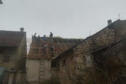 SLOŽNO KADA JE NAJTEŽE Volonteri i Crveni krst popravljaju krovove u Kostajnici (FOTO)