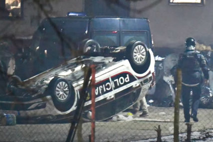 HAOS U MIGRANTSKOM KAMPU U BLAŽUJU Povrijeđena dvojica policajaca, oštećeno više vozila (VIDEO)