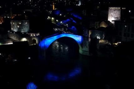 POČAST ŽRTAVAMA Stari most u Mostaru svijetlio za stradale u Posušju i u potresu u Hrvatskoj (VIDEO)