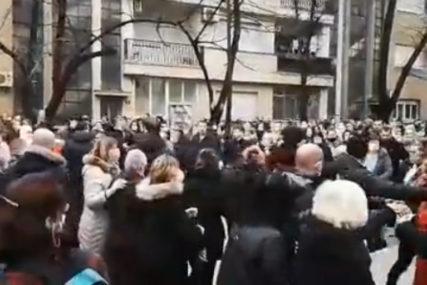 Napadnuti medicinari, jedna osoba privedena: Nakon incidenta završeni protesti u Mostaru (VIDEO)