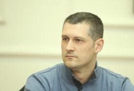 """Odbornik Stanić tvrdi """"Gradonačelnik pokušava da obezvrijedi konkurse, želi sam da bira direktore"""" (VIDEO)"""