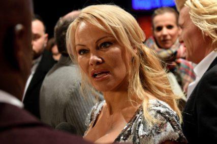 """""""ISTINSKI ME VOLI"""" Udala se Pamela Anderson, ovo je njen šesti brak (FOTO)"""