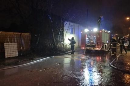 DRAMA Povrijeđeni čovjek izvučen iz kuće u plamenu, vatrogasci lokalizovali požar