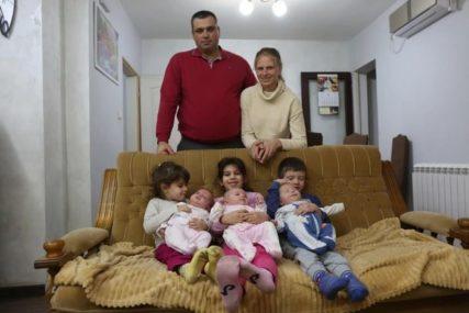 """""""Kad dođu iz vrtića TADA POČINJE ŽURKA"""" Mijalkovići se nadali četvrtom djetetu, a dobili Vanju, Sanju i Veljka (FOTO)"""