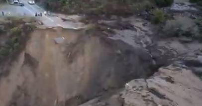 NAKON JAKIH KIŠA Otvorila se ogromna rupa i odnijela put u okean (VIDEO)