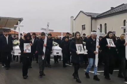 """""""NEMA RIJEČI UTJEHE, OVA PATNJA JE PRETEŠKA"""" U bijelim kovčezima sahranjeno šestoro mladih stradalih u vikendici (VIDEO)"""