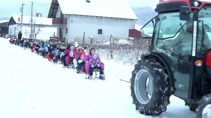 PEDESET METARA ISKRENOG OSMIJEHA Mališani jedva čekaju da Vojo upali traktor i povede ih u NEZAORAVNU VOŽNJU (VIDEO)