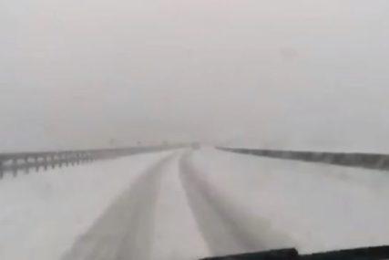 SNIJEG OTEŽAVA SAOBRAĆAJ Na dionici Drvar - Bosanski Petrovac obustavljen promet za teretna vozila