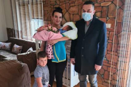 NOVOGODIŠNJI POKLON Gradonačelnik Doboja darovao prvorođenu bebu