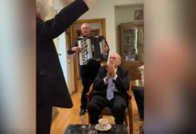 MLADOŽENJA NAZDRAVLJAO, MLADA SLUŽILA KIFLICE Ovako je izgledalo vjenčanje Tozovca (84) u njegovom stanu (VIDEO)