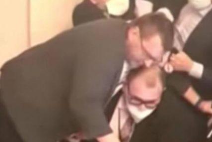 HAOS U ČEŠKOM PARLAMENTU Poslanici se potukli zbog maske (VIDEO)
