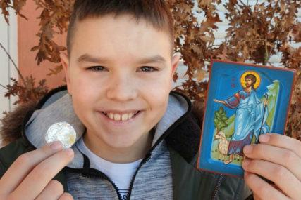 DJEČAK DOBIO I IKONU NA DAR Viktor je pronašao novčić u česnici u Bijeljini