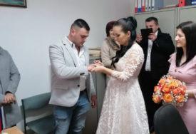 """""""KOLEBALI SMO SE S OBZIROM NA SITUACIJU"""" Održano prvo vjenčanje nakon zemljotresa u Kostajnici"""