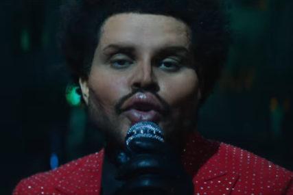 """""""DUGUJETE TRANSPARENTNOST MENI"""" Poznati pjevač šokirao publiku svojim izgledom (VIDEO)"""