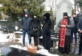 ODRŽAN POMEN ARKANU Ceca se pojavila u crnini sa Veljkom i Anastasijom (FOTO)