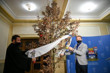 """""""KAKO OBIČAJI NALAŽU"""" Unesen badnjak u zgradu Gradske uprave Banjaluke (FOTO)"""