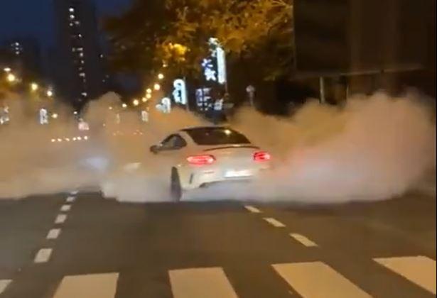 Novi snimci BAHATE VOŽNJE šokirali građane: Prolazi kroz crveno, okreće pod ručnom, ostavlja OBLAK DIMA (VIDEO)