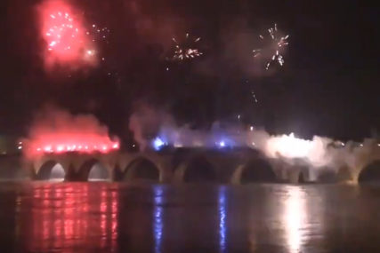 ZASIJALA DRINA U BOJAMA TROBOJKE Bakljada na ćupriji u Višegradu povodom Dana Republike (VIDEO)