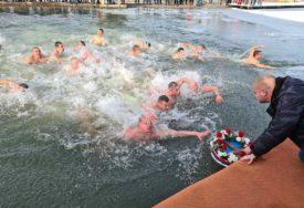 PROSLAVA BOGOJAVLJENJA POČELA LITURGIJOM Za Časni krst u Doboju se plivalo na tri lokacije (FOTO)