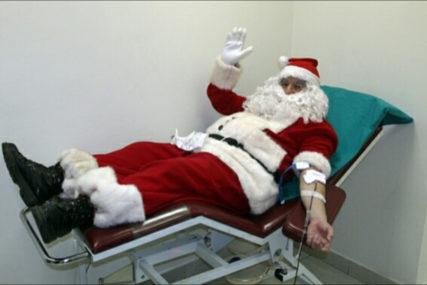 NASTAVLJENA TRADICIJA I U 2021. Djeda Mraz sedmu godinu za redom prvi donirao krv u Trebinju