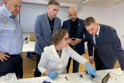DONACIJA LOPARSKOM DOMU ZDRAVLJA Njemačka kompanija darovala aparat za BRZO TESTIRANJE antigena NA KOVID-19 (FOTO)