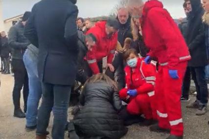 SRUŠIO SE OD TUGE I BOLA Mladiću pozlilo na sahrani u Posušju, intervenisala hitna pomoć (VIDEO)
