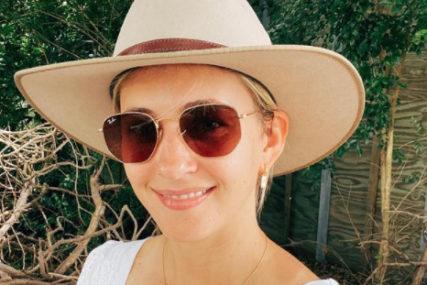 HALJINA NAPRAVILA POMETNJU Novinarka kaže da je bijela, drugi tvrde da je plava (FOTO)