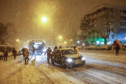 NEVRIJEME BLOKIRALO ZEMLJU Vojska pomaže blokiranim vozačima, oluja napravila SAOBRAĆAJNI KOLAPS