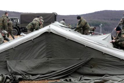OPREMANJE VOJNIH ŠATORA Stigli kreveti i dušeci u kamp Lipa