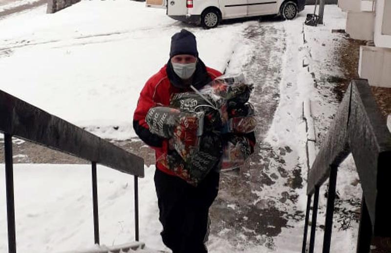 OMLADINSKA ORGANIZACIJA PODIJELILA 200 PAKETIĆA Mališani dobili poklone i fotografije sa Djeda Mrazom