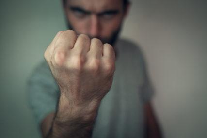 Nasrnuo na vlasnika kafane i njegovu sestru: Nasilnik osuđen na sedam mjeseci zatvora