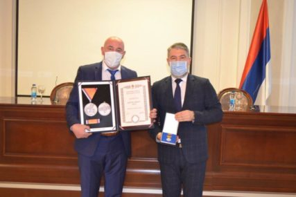 DOPRINOS BORBI PROTIV KORONE Ministar Šeranić uručio odlikovanja domovima zdravlja
