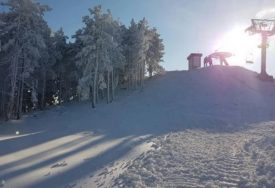 VJERUJE SE DA IMA JOŠ 12 LJUDI Ispod lavine koja je pogodila skijašku stazu izvučeno jedno tijelo