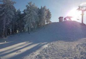 DRAMA NA SKIJALIŠTU Djevojčica teško povrijeđena kada je sajla ski lifta povukla njen šal