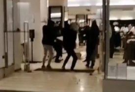 RAZBOJNIŠTVO USRED GRADA Migranti napali obezbjeđenje, pa opljačkali butik (VIDEO)