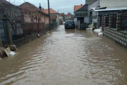 """""""BOSI SMO TRČALI KROZ HLADNU VODU"""" Poplava im je ODNIJELA SVE, a mnogi su morali da se vrate u svoje kuće PUNE MULJA (FOTO)"""