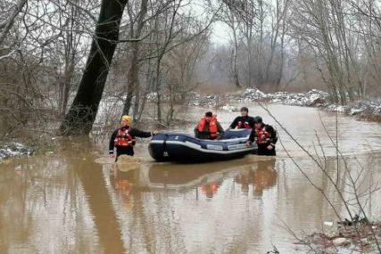 SPASILAČKI TIMOVI NA TERENU Evakuisano 67 osoba iz objekata koji su poplavljeni (FOTO)