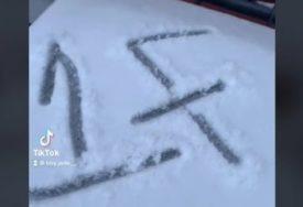 REKLI SU DA BUDE NA OPREZU Djevojka vidjela čudnu poruku u snijegu, kada je pitala šta znači odgovori su je PRESTRAVILI (VIDEO)