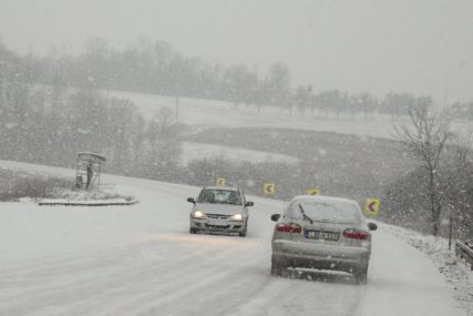 BIJELI POKRIVAČ NAPRAVIO PROBLEME Snježne padavine brže od grtalica (FOTO)