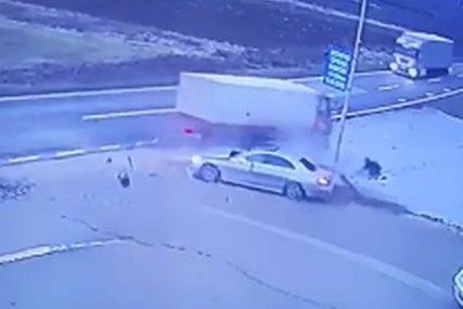Jezivi snimak teške nesreće: Automobil pokušao da pretekne šleper, pa se ZAKUCAO U KAMION (VIDEO)